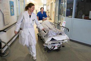 Imagen que contiene interior, suelo, persona, habitación de hospital Descripción generada con confianza muy alta